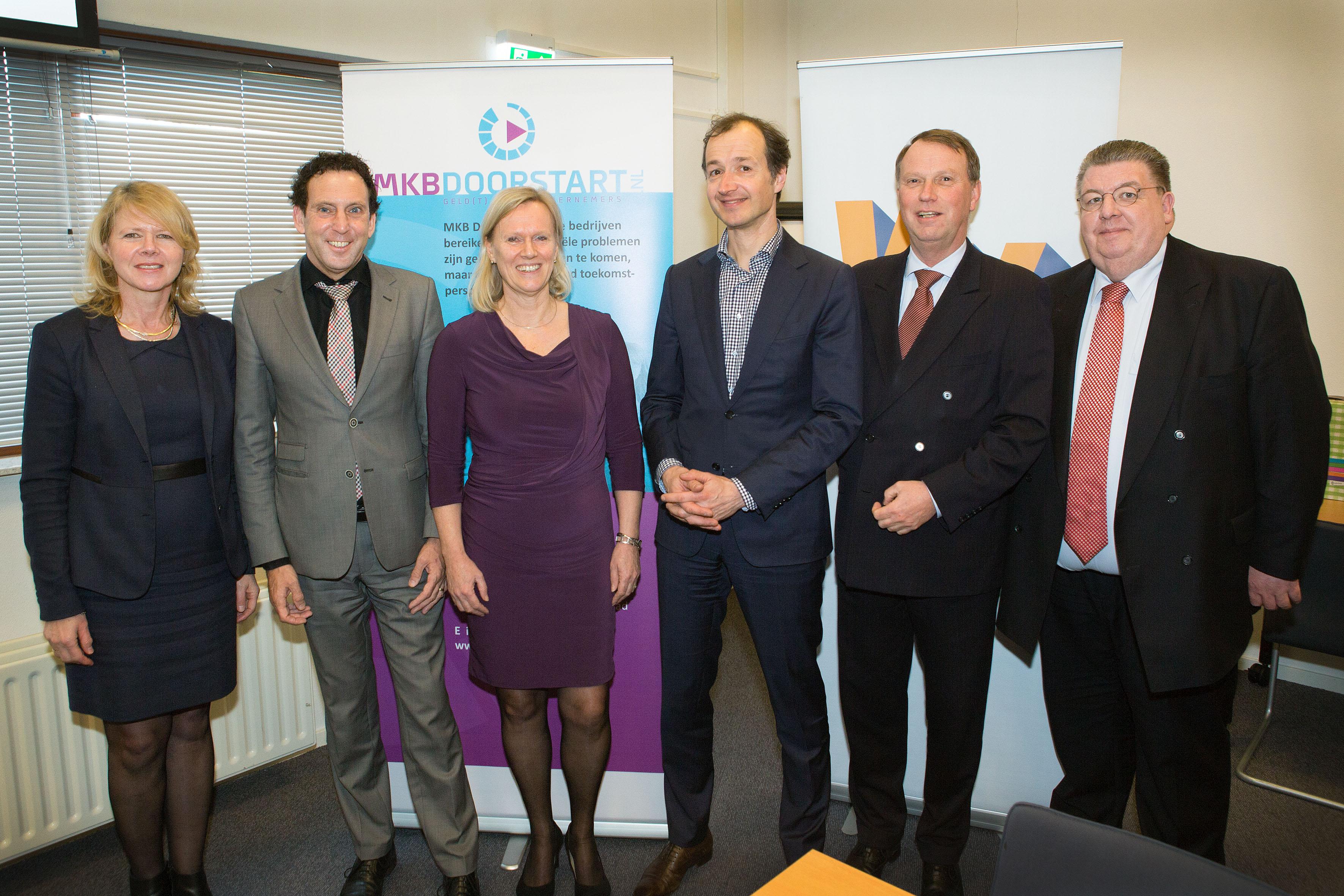 Vlnr: Janneke Sparreboom (wethouder in Lelystad), Jaap Lodders (gedeputeerde), Jannie van den Berg (MKBDoorgaan.nl), Eric Wiebes (staatssecretaris Financiën), Jan de Reus (statenlid), Huib van Vliet (statenlid).